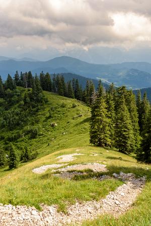 Wanderweg auf die Benediktenwand - Serpentinen mit Ausblick Standard-Bild - 120563036