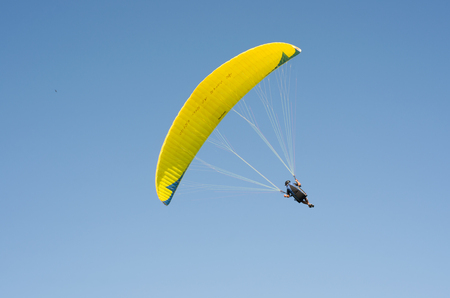 Students practicing paragliding on the hill. Banco de Imagens
