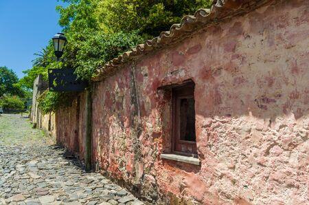 Colonia del Sacramento, Uruguay - Dezember 26, 2015: Portuguese colonial architecture and ancient cobblestone streets are some of Colonia Del Sacramento's top features Archivio Fotografico
