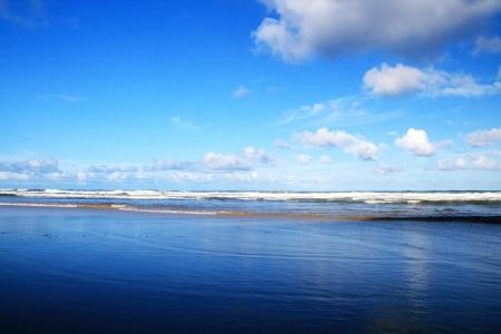 jasny: Błękitne niebo i piękna plaża, Gold Coast, Australia