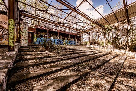 Ruinas de un antiguo cine en un antiguo pequeño fuerte en La Pointe du Bout - Les Trois Ilets, Martinica, FWI Foto de archivo