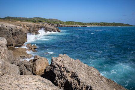 Sainte-Anne, Martinica, FWI - Cabo Ferre - Olas en las rocas en Pointe La Rose