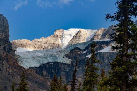 Glacier over Moraine Lake, Banff National Park, Alberta, Canada Banque d'images