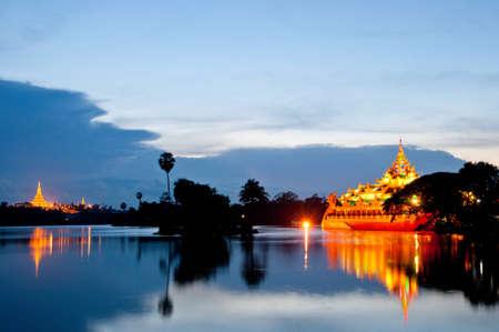 birma: Shwedagon Pagoda en Karaweik Palace, Yangon, Myanmar, Birma