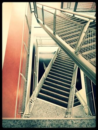 going down: una foto de las escaleras bajando Foto de archivo