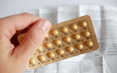 hormonas: mano con p�ldoras anticonceptivas  Foto de archivo
