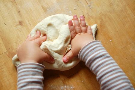 ergotherapie: Handen van een kind met deeg