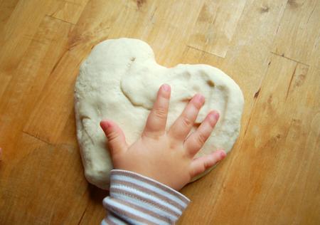 terapia ocupacional: La mano de un ni�o con la masa