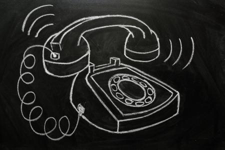 통신 개념으로 칠판에 그려진 후크를 울리는 전화