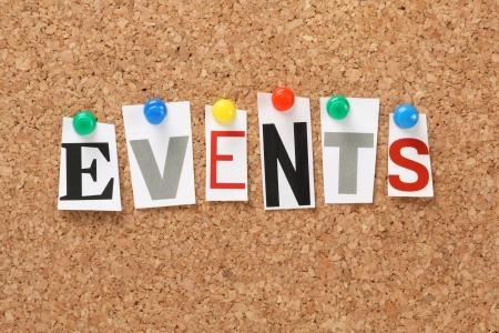 Het woord Evenementen in uitgesneden tijdschrift letters gespeld aan een kurk Prikbord Events kan verwijzen naar nieuws-en actualiteitenprogramma, speciale gelegenheden of omstandigheden die van invloed zijn business planning