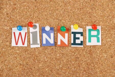 primer lugar: Ganador de la palabra en letras recortadas de revistas cubrió a un tablón de corcho Buscamos ganadores en los deportes competitivos, la competencia y las empresas