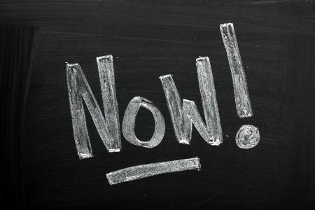 gestion del tiempo: La palabra ahora en una pizarra utilizado una imagen del concepto de gestión del tiempo para tomar medidas o aprovechar el día en lugar de retraso o dilación