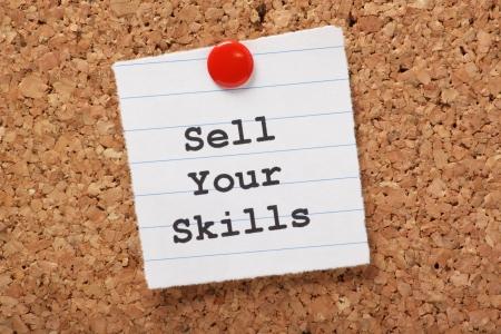 L'expression Vendez vos compétences tapé sur un morceau de papier ligné et épinglé à un tableau en liège La capacité de démontrer à talents est essentielle pour le succès de carrière et recherche d'emploi Banque d'images - 24817359