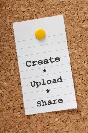 paper note: Las palabras crean, subir, compartir en una nota de papel clavado en un tabl�n de corcho con las redes sociales y el internet que compartimos nuestra producci�n creativa en las fotos, el v�deo, la m�sica y la escritura Foto de archivo