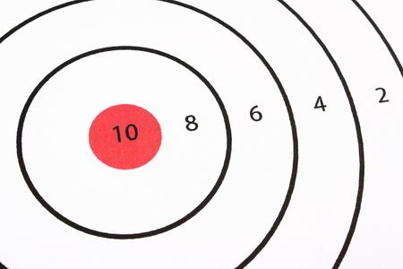 shooting target: Close-up van papier schieten doel met zwarte en witte ringen en een rode bullseye