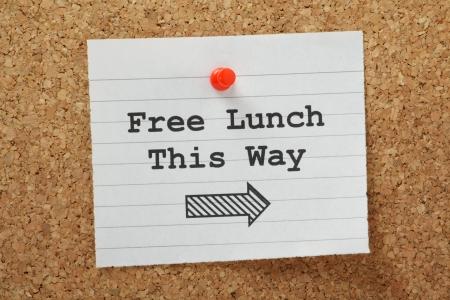 backhand: La frase de Almuerzo Gratuito de esta manera con una flecha de direcci�n escrito en un pedazo de papel y clavado en un tabl�n de corcho