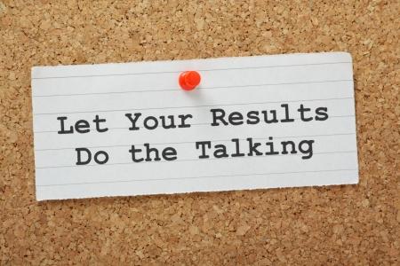 let on: La frase Que tus resultados sean los que hablen en un tabl�n de corcho Foto de archivo