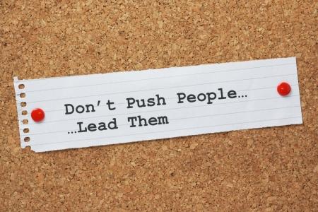 paper note: La frase Don t empujar a la gente, los llev� por una nota de papel clavado en un tabl�n de corcho Un concepto para el liderazgo que se utiliza para motivar a la gente