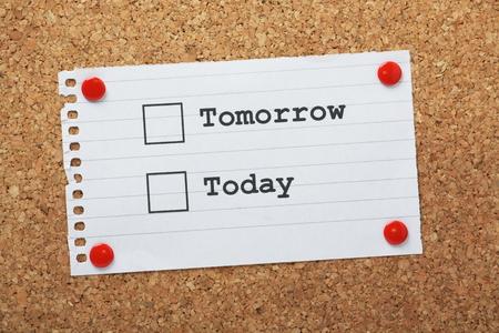 paper note: Marque Cajas para hoy o ma�ana en una nota de papel clavado en un tabl�n de corcho Foto de archivo