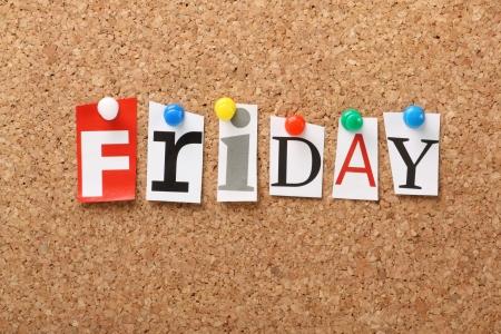 La parola Venerdì a ritagliare lettere rivista appuntate ad una bacheca di sughero Venerdì è il fine della settimana lavorativa per alcuni di noi e l'inizio del weekend Archivio Fotografico