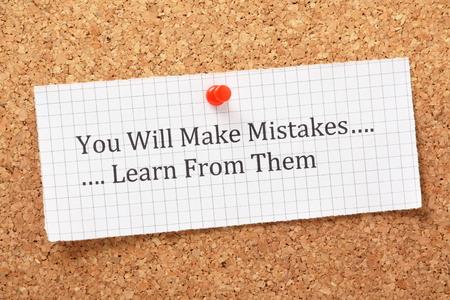 mistakes: La frase se cometen errores, aprender de ellos escribe en un pedazo de papel cuadriculado y clavado en un tabl�n de corcho Una manera de empoderar a las personas en su camino hacia el �xito