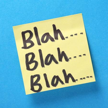 Unsinn: Blah, Blah, Blah in schwarzer Schrift Filzstift auf einem gelben Notizzettel auf einem blauen Hintergrund Ein Konzept f�r die wertlose Kommunikation und Unsinn