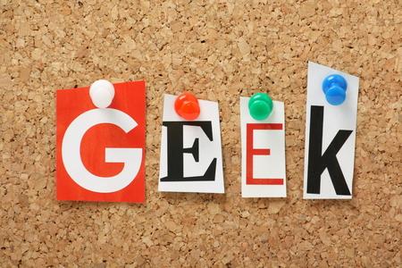 estereotipo: La palabra Geek en letras recortadas de revistas cubrió a un tablón de corcho