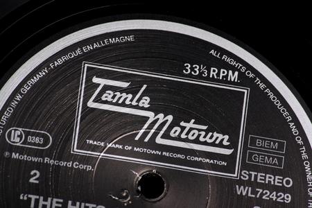 Bracknell, Angleterre, Royaume-Uni - 10 Mars, 2014 Gros plan d'un disque vinyle et le label Tamla Motown, le 10 Mars, 2014 Motown a été fondé par Berry Gordy Jr en 1959 à Detroit, Michigan, États-Unis Banque d'images - 26602137