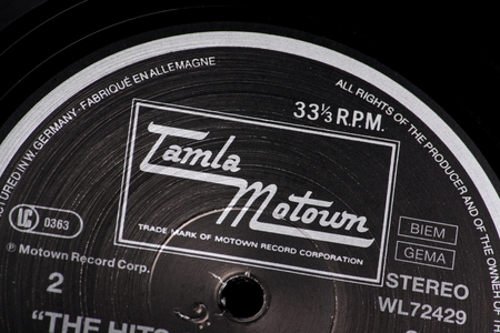 Bracknell, England, Großbritannien - 10. März 2014 Nahaufnahme einer Vinyl-Schallplatte und der Tamla Motown-Label auf 10. März 2014 Motown wurde von Berry Gordy Jr. 1959 in Detroit, Michigan, USA, gegründet Standard-Bild - 26602137