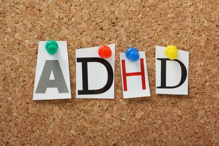 ADHD をカットの雑誌の手紙で注意欠陥多動性障害の略称コルク板に固定