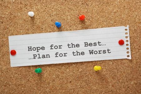 希望のベストと、紙のノートで、最悪の事態に計画コルク板に固定されます。 写真素材