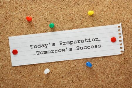 Heute s Vorbereitung führt zu Tomorrow s Erfolgskonzept auf einem Kork Brett Standard-Bild - 27663819