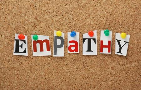humanismo: La palabra empatía en letras recortadas de revistas cubrió a un tablón de anuncios de corcho La empatía es la experiencia de la comprensión de la condición a otra persona s, desde su perspectiva
