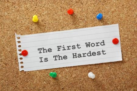 paper note: La frase La primera palabra es la m�s dif�cil en una nota de papel clavado en un tabl�n de corcho Esto podr�a referirse a las relaciones o el arte de la partida y escribir un libro