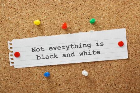 Der Satz ist nicht alles schwarz und weiß getippt auf einem Papier zur Kenntnis und einem Korken Schwarzes Brett