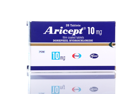 ,, Bracknell Engeland UK - Een doos van het geneesmiddel Aricept op een witte achtergrond op 4 maart 2014 Aricept wordt geproduceerd door het farmaceutische bedrijf Pfizer voor de behandeling van de ziekte van 1 mei 2014 van Alzheimer