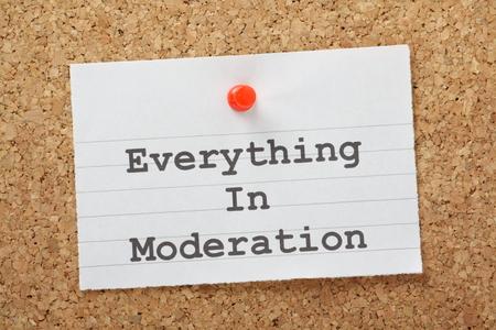 malos habitos: La frase Todo con moderación en un recordatorio clavada en un tablón de corcho Consejos suele administrar a cualquiera que quiera perder peso o tener que preocuparse por los malos hábitos
