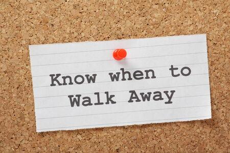 De zinsnede weten wanneer Walk Away op een papieren notitie gespeld aan een kurk prikbord Dit kan betrekking hebben op relaties of het risico in het bedrijfsleven