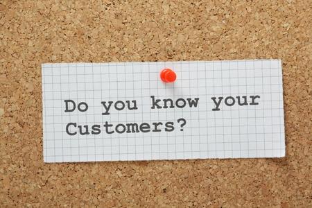 L'expression Connaissez-vous vos clients dactylographiés sur une feuille de papier millimétré et épinglés sur un panneau de liège avis Banque d'images - 28421802