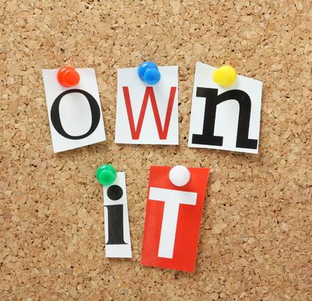 Die Phrase arbeiten Sie in ausgeschnitten, um einen Korken Schwarzes Brett Magazin Buchstaben Standard-Bild
