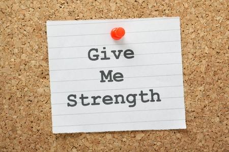 note of exclamation: La frase Give Me Strength escrito en un pedazo de papel y clavado en un tabl�n de corcho