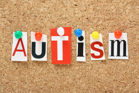 コルク板に固定されている雑誌の文字をカットの単語自閉症 写真素材