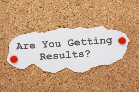Die Frage, sind Sie immer Ergebnisse auf einem Stück Papier getippt und auf ein Korken-Informationstafel festgesteckt Standard-Bild - 29452697
