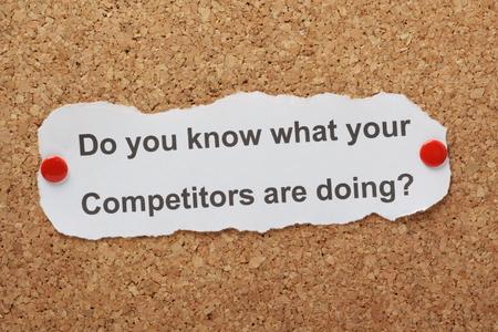 De vraag Weet u wat uw concurrenten doen op papier vastgemaakt aan een kurk prikbord Stockfoto