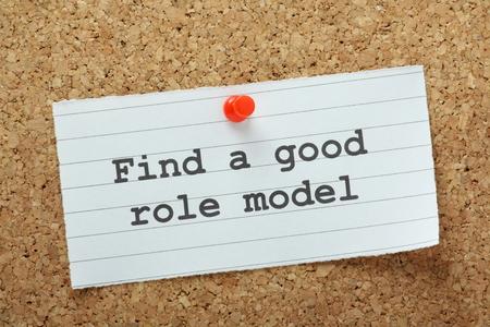r�le: La phrase Trouver un mod�le de r�le Bonne tap� sur un morceau de papier et �pingl� � un pr�avis panneau de li�ge Banque d'images