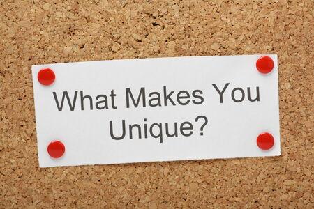코르크 게시판에 고정 된 종이에 What You Does Unique라는 질문