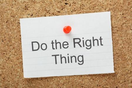 valores morales: La frase hacer lo correcto escribe en un pedazo de papel y clavado en un tablón de corcho
