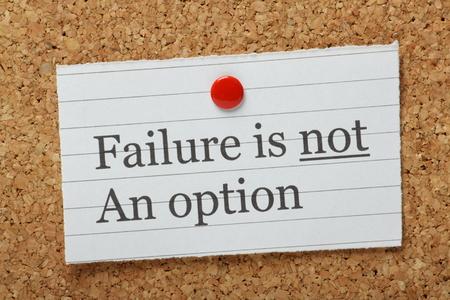 De zinsnede Falen is geen optie getypt op een stukje papier en vastgemaakt aan een kurk prikbord als een herinnering Stockfoto