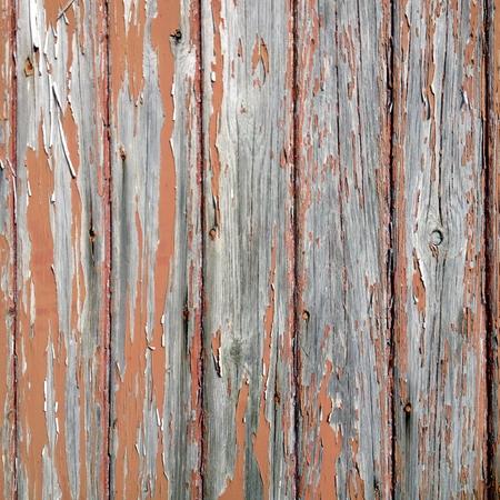 weather beaten: Primo piano di uno sfondo di legno con invecchiato, annodato pannelli e peeling vernice marrone.