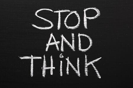 pensamiento estrategico: La parada de la frase y pensar escrito en una pizarra como recordatorio para tomar tiempo y trabajar a trav�s de nuestras opciones antes de tomar medidas